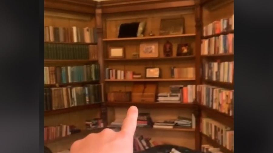 Freddy fez a descoberta chocante quando percebeu algo fora do lugar em uma foto antiga de sua biblioteca - Reprodução/Rede Social