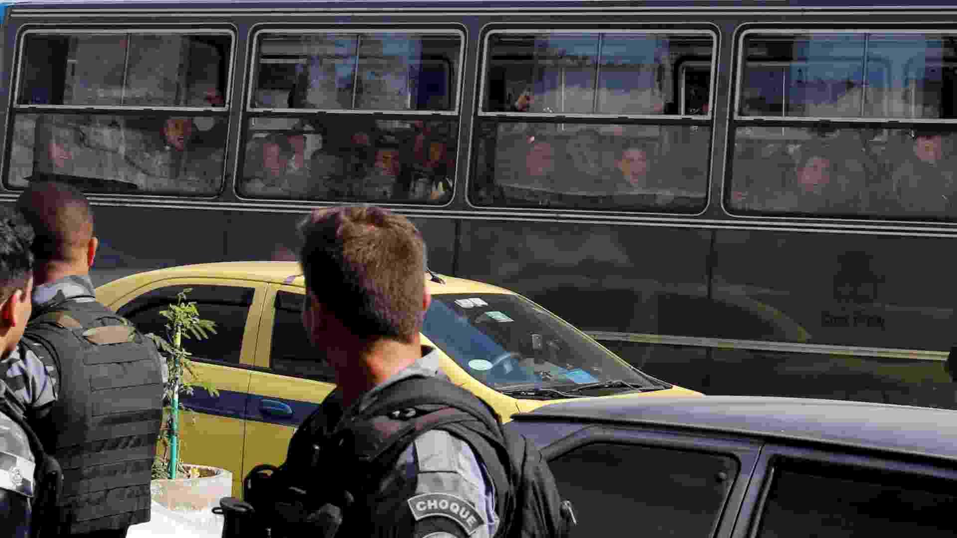 30.jun.2015 - Soldados comemoram saída do Exército do Complexo da Maré, na zona norte do Rio de Janeiro. O comando foi entregue à Polícia Militar, que irá implantar UPPs (Unidade de Polícia Pacificadora) na região - Domingos Peixoto/Agência O Globo