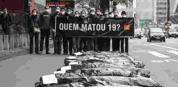 Manifestantes da ONG Rio de Paz protestam na avenida Paulista contra a chacina que fez 19 vítimas, em Osasco e Barueri, em agosto - Marcos Moraes/Brazil Photo Press/Estadão Conteúdo