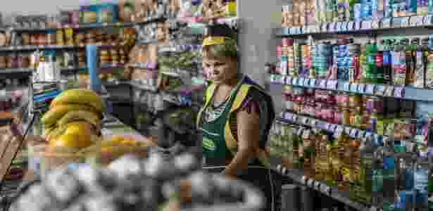 Halina Ivanovna, atendente em uma loja que vende alimentos em Sartana, Mariupol - Brendan Hoffman/The New York Times