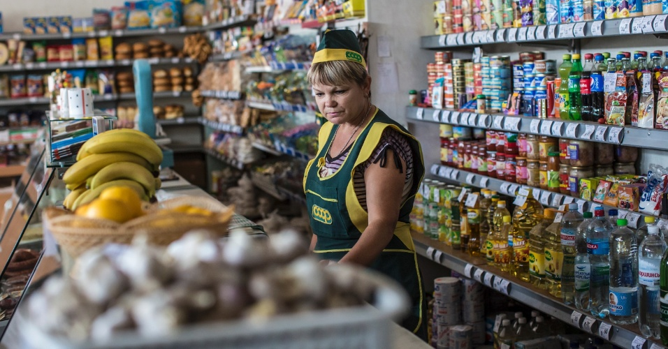 22.out.2015 - Halina Ivanovna, atendente em uma loja que vende alimentos em Sartana, Mariupol (no leste da Ucrânia). Embora tenha enfrentado confrontos entre separatistas e forças de segurança do país, a cidade já não se preocupa tanto com a guerra