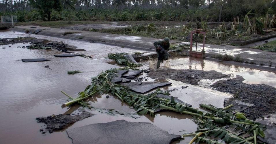 24.out.2015 - Soldados mexicanos patrulham área rural de El Rebalse à procura de pessoas que pedem ajuda após a passagem do furacão Patricia. A tempestade destelhou e derrubou dezenas de casas na costa pacífica do México, mas as autoridades disseram no sábado que o furacão recorde havia causado menos danos que o esperado
