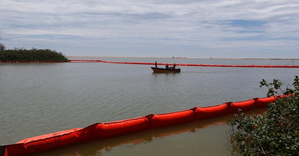 21.nov.2015 - Material inflável de contenção está sendo colocado no estuário da foz do Rio Doce, em Regência, no Espírito Santo, na tentativa de proteger os manguezais da lama que vem se estendendo pelo rio desde a queda das barragens em Mariana (MG)