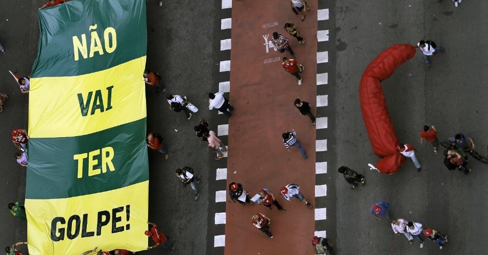 """16.dez.2015 - Manifestantes erguem faixa com a frase """"Não vai ter golpe"""" durante ato na avenida Paulista, centro de São Paulo, em defesa do mandato da presidente Dilma Rousseff e pela cassação do presidente da Câmara dos Deputados, Eduardo Cunha (PMDB-RJ). O protesto faz parte do """"Dia nacional de mobilização em defesa da democracia"""" e é organizado por diversas centrais sindicais e movimentos sociais em várias cidades do Brasil"""