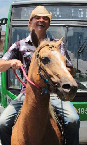 """25.jan.2016 - Um grupo conhecido como """"Comitiva Paixão Proibida"""" realiza um passeio a cavalo por bairros de São Paulo como parte das celebrações dos 462 anos da capital paulista nesta segunda-feira (25)"""