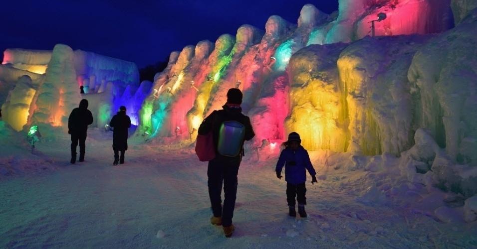 """29.jan.2016 - Visitantes admiram esculturas de gelo no festival """"Shikotsu Ice"""", em Chitose, no Japão. O evento anual acontece até 21 de fevereiro"""