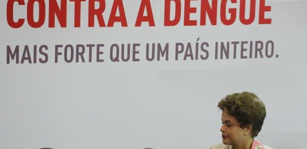 A presidente Dilma Rousseff (PT) participou de cerimônia de assinatura do contrato para testes da vacina contra a dengue em humanos