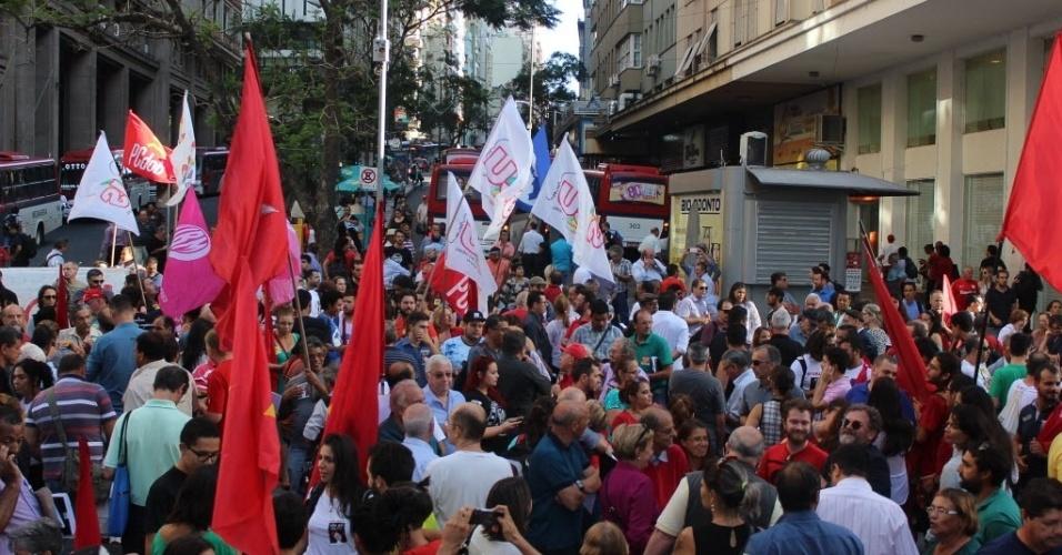 4.mar.2016 - Porto Alegre teve manifestação iniciada às 17h locais na esquina democrática a favor do presidente Luiz Inácio Lula da Silva (PT). Simpatizantes foram ao local para defender Lula, que é o principal investigado da 24ª fase da Operação Lava Jato