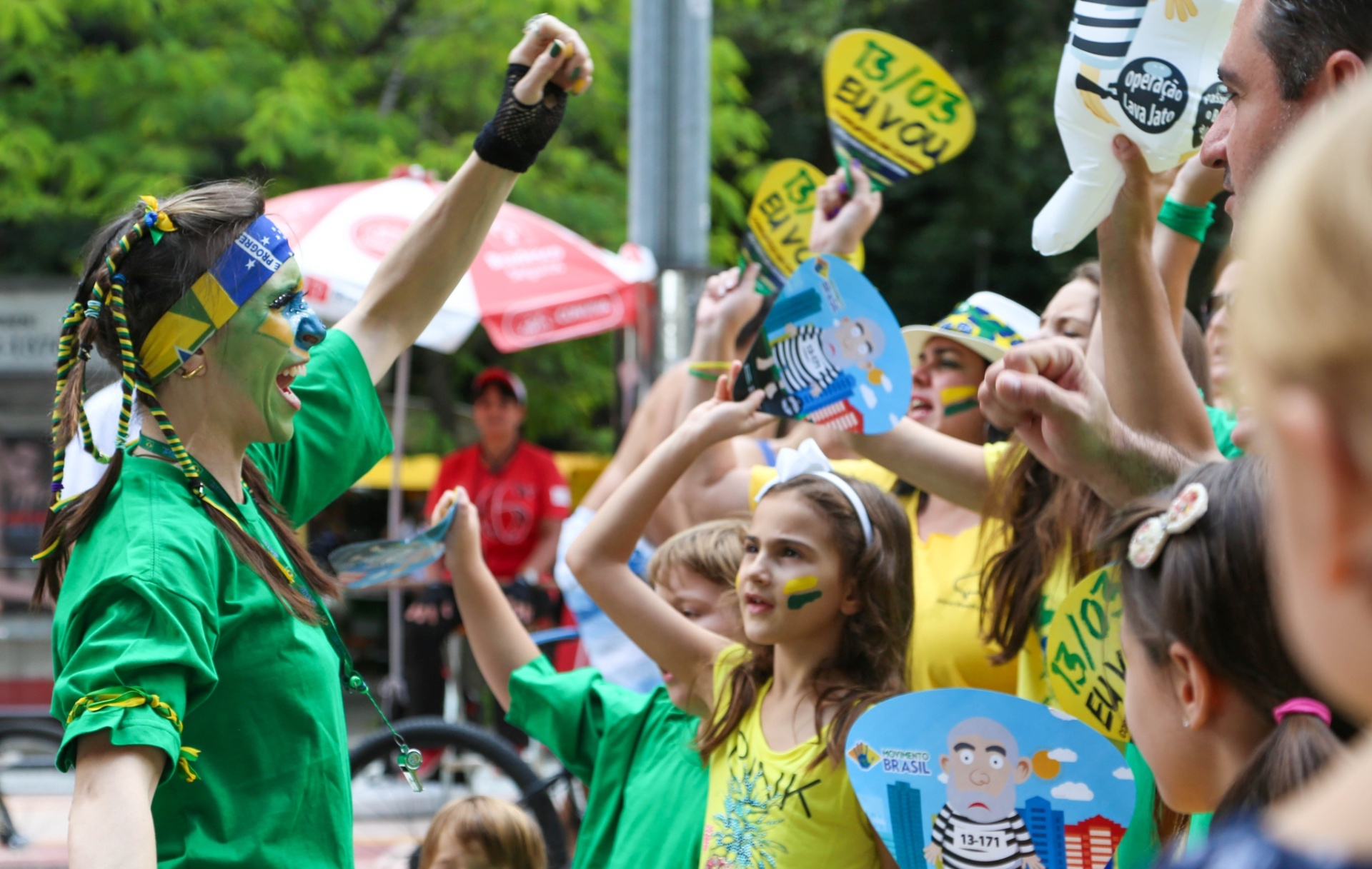 6.mar.2016 - Cerca de 50 pessoas fizeram um protesto na tarde desse domingo contra o ex-presidente Luiz Inácio Lula da Silva em frente ao Masp, na avenida Paulista, em São Paulo. O grupo cantou e dançou várias coreografias