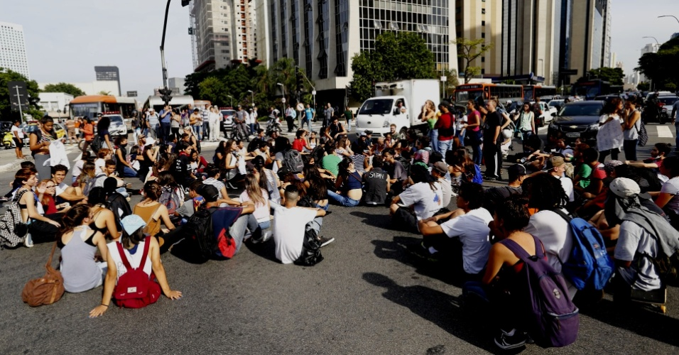 22.mar.2016 - Estudantes fecham o cruzamento da avenidas Rebouças com a Faria Lima, em Pinheiros, São Paulo, em protesto contra os desvios de verbas destinadas à merenda escolar e contra o fechamento de salas de aula na rede estadual