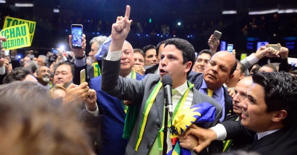 """17.abr.2016 - Com a votação já encaminhada contra a presidente Dilma (PT), coube ao deputado Bruno Araújo (PSDB-PE) dar o voto 342, que admitiu o processo de impeachment. O parlamentar foi festejado por colegas oposicionistas aos gritos de """"eu sou brasileiro com muito orgulho e com muito amor"""""""