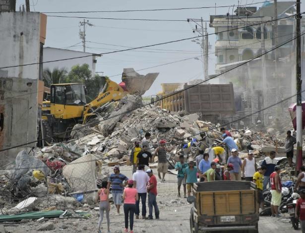 18.abr.2016 - Destroços de imóveis destruídos pelo terremoto de magnitude 7,8 ficam espalhados pelas ruas de Pedernales, no Equador, dois dias após o tremor