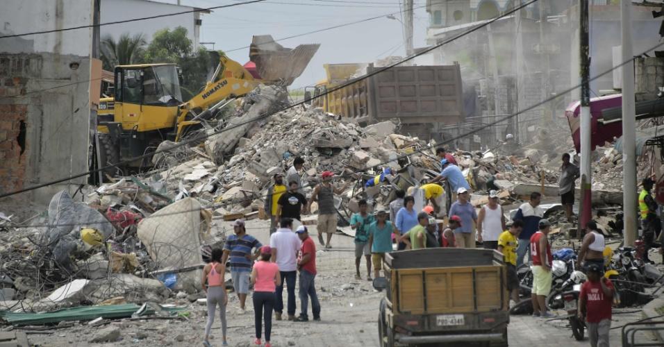 18.abr.2016 - Destroços de imóveis destruídos pelo terremoto de magnitude 7.8 ainda ficam espalhados pelas ruas de Pedernales, no Equador, dois dias depois do tremor. Equipes de resgate e famílias desesperadas buscam sobreviventes embaixo dos escombros
