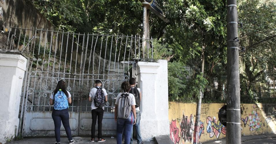 20.abr.2016- Estudantes do Colégio Estadual Monteiro de Carvalho, no bairro de Santa Teresa, na região central do Rio, iniciaram a ocupação na manhã do dia 20