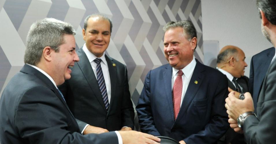 6.mai.2016 - O senador Antonio Anastasia (PSDB-MG) --primeiro da esquerda para a direita-- comemora a aprovação do seu relatório favorável a abertura do processo contra a presidente Dilma Rousseff durante votação na comissão do impeachment do Senado
