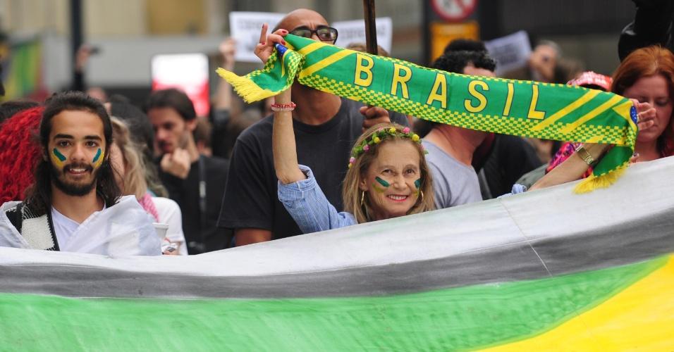 4.set.2016 - Como na época do impeachment de Collor, caras-pintadas protestam contra o atual presidente Michel Temer (PMDB) em São Paulo. O ato ocorre de forma pacífica e tem como destino final o Largo da Batata, na zona oeste de São Paulo