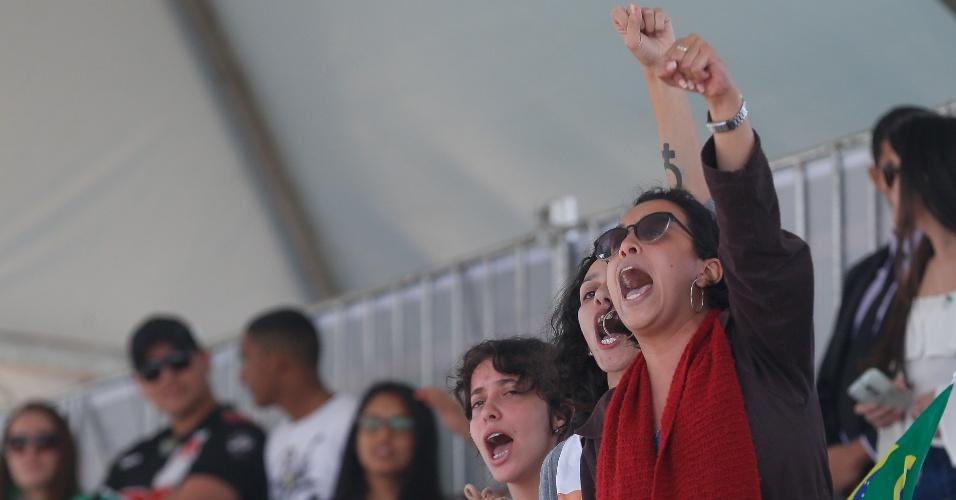 7.set.2016 - Manifestantes contrárias ao novo governo vaiam o presidente Michel Temer da arquibancada próxima ao palanque presidencial. O presidente, a primeira-dama Marcela Temer, o presidente da Câmara dos Deputados, Rodrigo Maia (DEM-RJ) e o presidente do STF, Ricardo Lewanwoski, participam do desfile de 7 de setembro na esplanada dos ministérios em Brasília