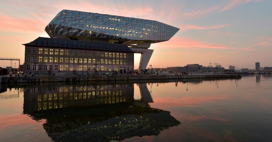 22.set.2016 - Sol nasce na nova sede da Autoridade Portuária da Antuérpia, na Bélgica. Cenário envolvendo a nova construção gerou bela imagem