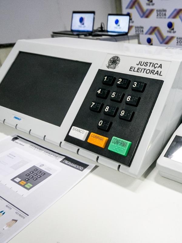 1º.out.2016 - Sede do TRE (Tribunal Regional Eleitoral) tem modelo da urna eletrônica que será utilizada nas eleições municipais. Equipamento é composto por dois terminais: o do eleitor (esq.) e o do mesário