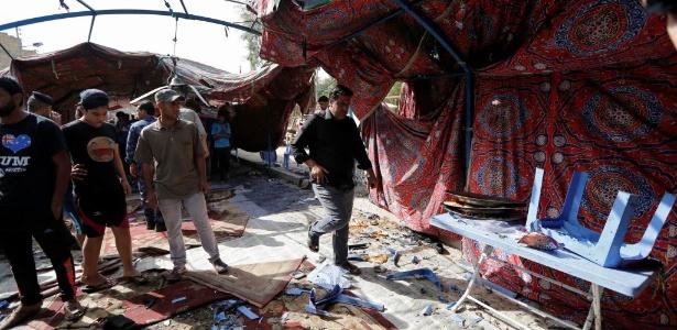 Moradores recolhem objetos no local da explosão
