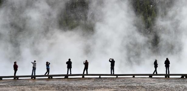 Turistas na Grand Prismatic Spring no Parque Nacional de Yellowstone, nos EUA