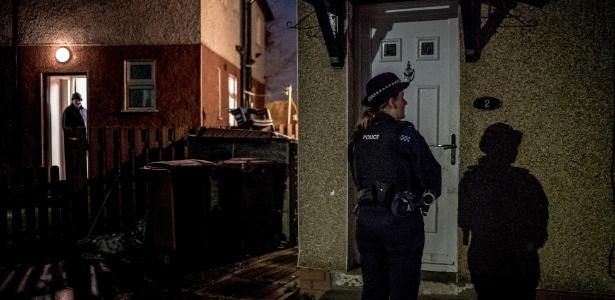 A policial Francesca Wheatley espera para falar com testemunha de um crime, em Burnley (Inglaterra)
