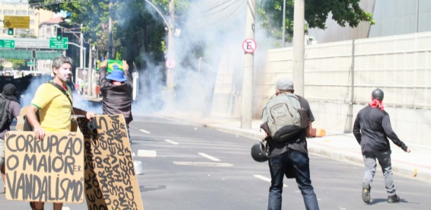 Funcionários públicos estaduais e policiais entram em confronto durante protesto nos arredores do prédio da Cedae