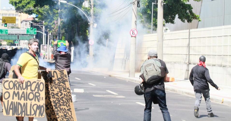 20.fev.2017 - Funcionários públicos estaduais e policiais entram em confronto durante protesto nos arredores do prédio da Cedae (Companhia Estadual de Águas e Esgotos), no centro do Rio de Janeiro. Os deputados estaduais aprovaram nesta segunda o projeto de lei que autoriza a venda da estatal