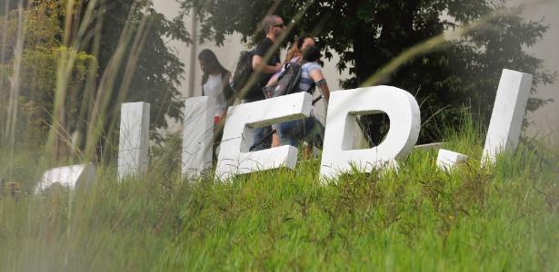Campus de São Gonçalo sofre com falta de serviços como limpeza do mato que cresce na entrada principal