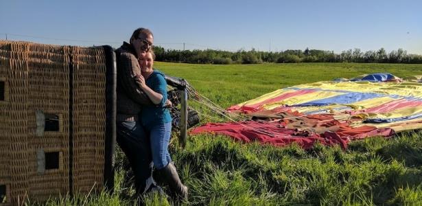 Stephen Martin pedia a mão de sua namorada, Christine Peters, em casamento quando o balão sofreu o acidente