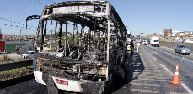 24.jul.2017 - Manifestantes incendiaram um ônibus do transporte municipal e usaram para fechar as duas faixas da rodovia Santos Dumont, na altura do bairro Oziel, sentido Campinas