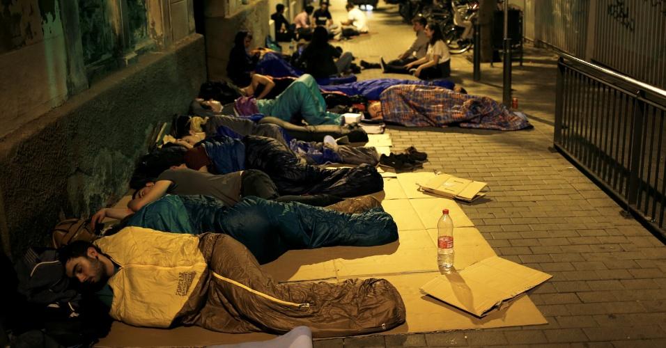 1.ou.2017 - Cidadãos acamparam na entrada da escola primária Reina Violant ocupada desde a noite anterior ao referendo da independência deste domingo (1º), em Barcelona
