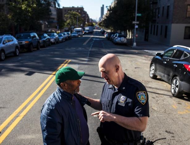 Detetive, Thomas Troppmann, em patrulha em Washington Heights, fala com Domingo Basquez, em rua de bairro em Nova York