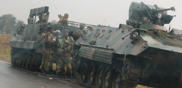 Soldados em tanque nos arredores de Harare, Zimbábue
