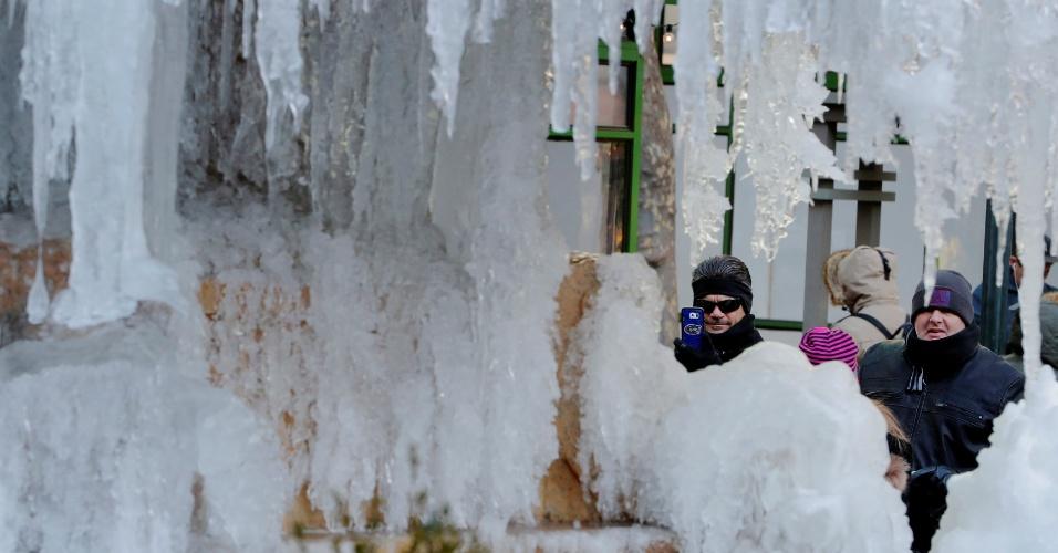 3.jan.2018 - Turistas tiram fotos da fonte congelada do memorial Josephine Shaw Lowell, em Nova York