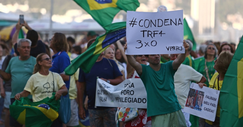 23.jan.2018 - Manifestantes protestam contra o ex-presidente Luiz Inácio Lula da Silva na avenida Atlântica, no Rio