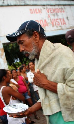 Venezuelanos recebem doação de comida na praça Simón Bolívar, em Boa Vista