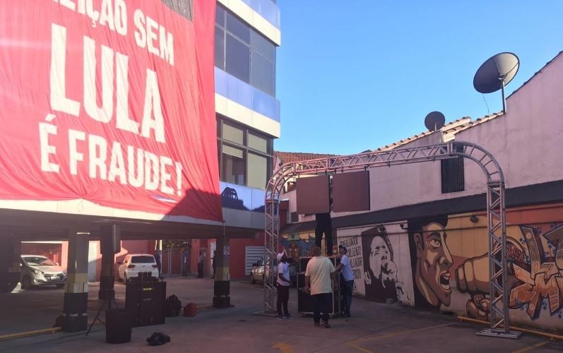 7.abr.2018 - Um telão é montado na garagem do Sindicato dos Metalúrgicos do ABC, em São Bernardo do Campo (SP) para transmitir a missa em homenagem a Marisa Letícia