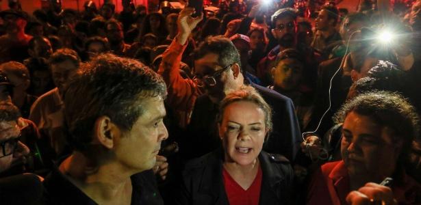 8.abr.2018 - Senador Gleisi Hoffman durante vigília do PT nos arredores da sede da PF em Curitiba