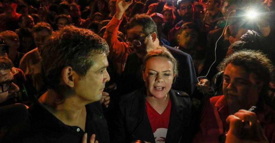8.abr.2018 - Senadores Gleisi Hoffman e Lindbergh Farias organizam vigília do PT nos arredores da sede da PF em Curitiba