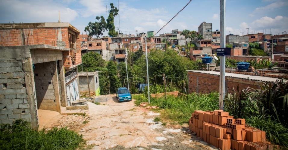 14.abr.2018 - Ruas de terra e casas de alvenaria na ocupação Araguaia, no Iguatemi, extremo leste de São Paulo