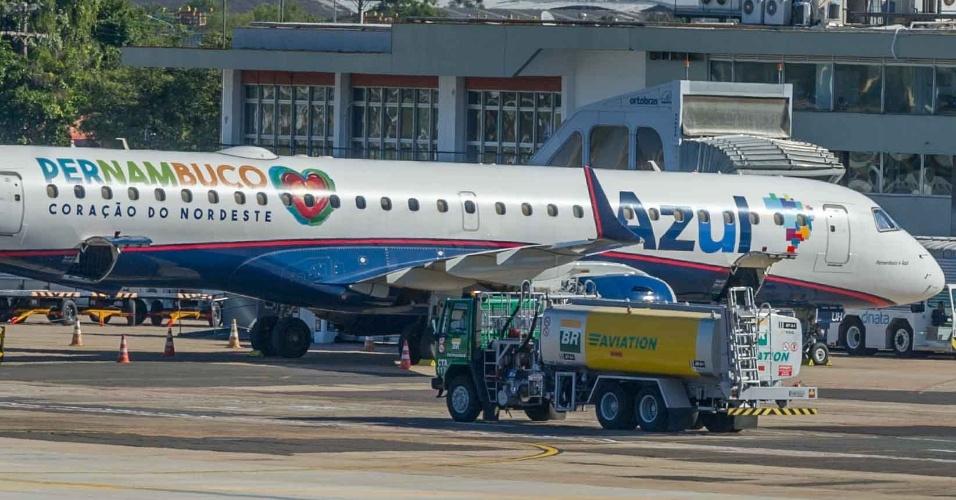 26.mai.2016 - Avião é abastecido na pisa de pouso do Aeroporto Salgado Filho, em Porto Alegre. O governo federal informou que o abastecimento no terminal está garantido