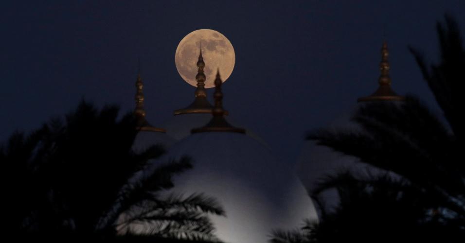 27.jul.18 - Lua de sangue sobre a Grande Mesquita Sheikh Zayed, nos Emirados Árabes Unidos