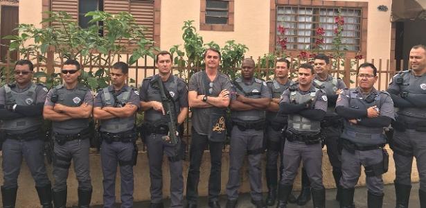 Policiais fardados tietam Bolsonaro em campanha; PM-SP apura irregularidade - Notícias - UOL Eleições 2018