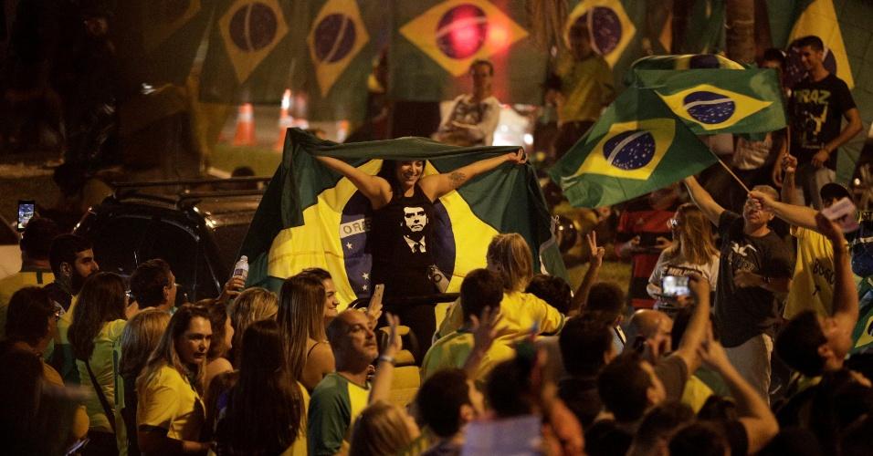 No Rio, apoiadores de Jair Bolsonaro comemoram o resultado do primeiro turno das Eleições