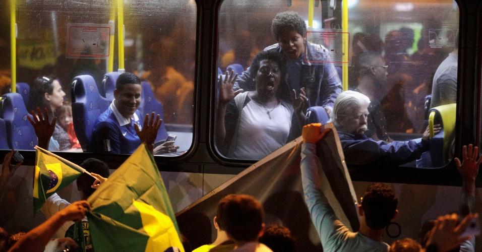 No Rio, uma mulher reage de dentro do ônibus à manifestação feita por apoiadores de Jair Bolsonaro