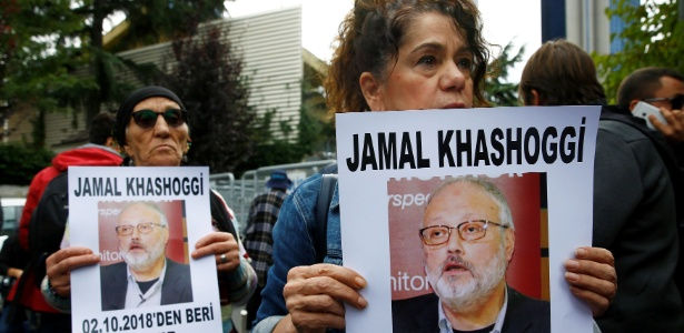 Cartazes em manifestação lembram que Khashoggi está desaparecido desde 2 de outubro; polícia ainda faz buscas pelo corpo - Osman Orsal/Reuters