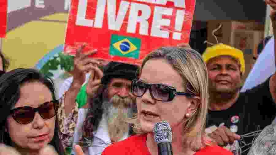 20.nov.2018 - Presidente do PT, Gleisi Hoffmann, durante visita à vigília Lula Livre, em frente à sede da Polícia Federal em Curitiba  - Eduardo Matysiak/Futura Press/Estadão Conteúdo