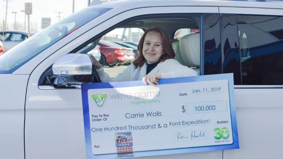 Carrie Walls recebe cheque e carro novo após ganhar na loteria - Divulgação/Loteria de Virgínia