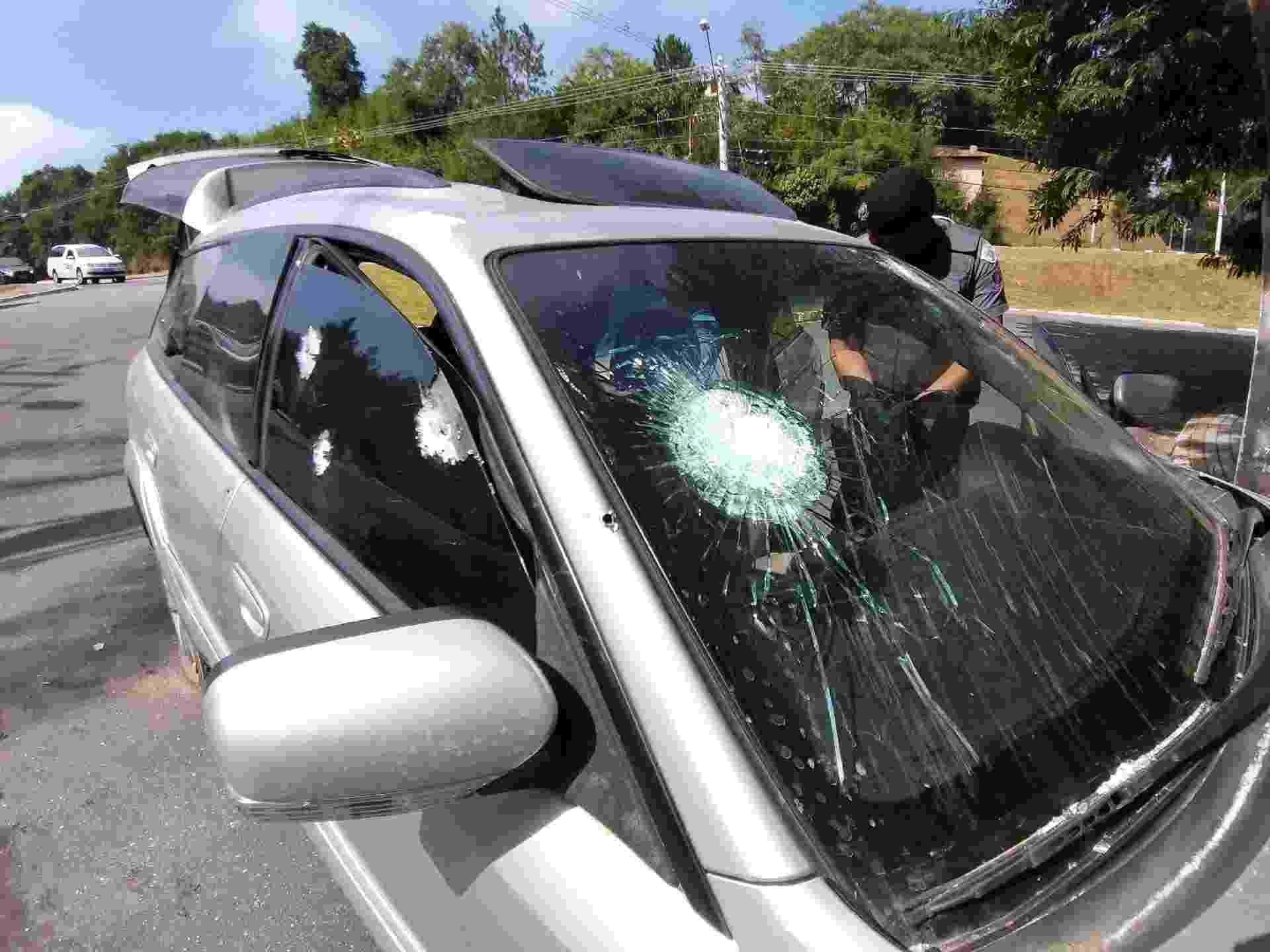 Perfurações são vistas em carro onde estavam criminosos em Guararema - Nivaldo Lima/Futura Press/Estadão Conteúdo